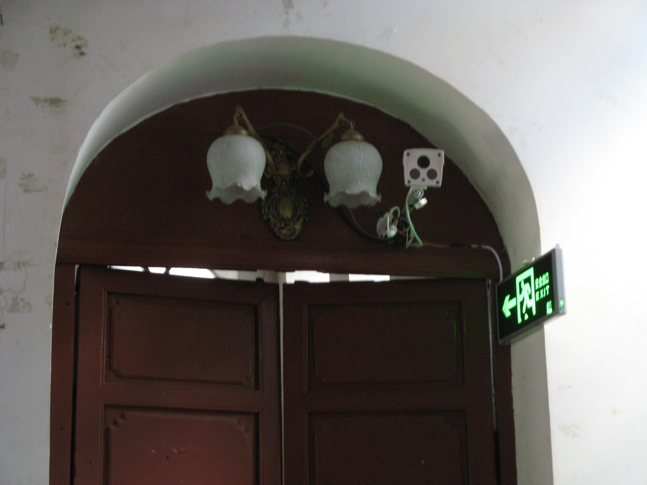 Diese Kamera überwacht die Besucher einer Kirche