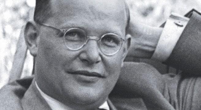 """Am 19. Dezember 1944 schrieb der Theologe Dietrich Bonhoeffer aus einem Gestapo-Gefängnis in einem Brief an seine Verlobte Maria von Wedemeyer das weltberühmte Gedicht """"Von guten Mächten""""."""