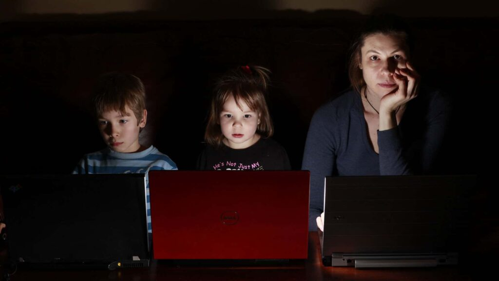 Weil die Täter oft über das Internet Kontakt zu Kindern und Jugendlichen aufnehmen, müssen Eltern ihre Kinder beim Umgang mit dem Computer begleiten