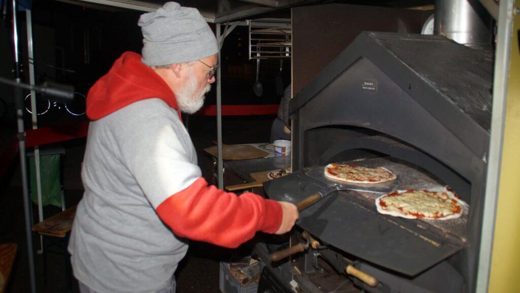 Pizza backen, die dann kostenlos an die Gäste abgegeben wird: das ist die Mission des Augsburger Mannamobils