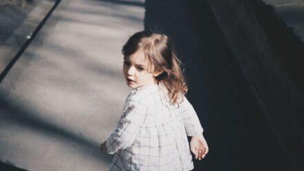 Kind, weglaufen, umdrehen