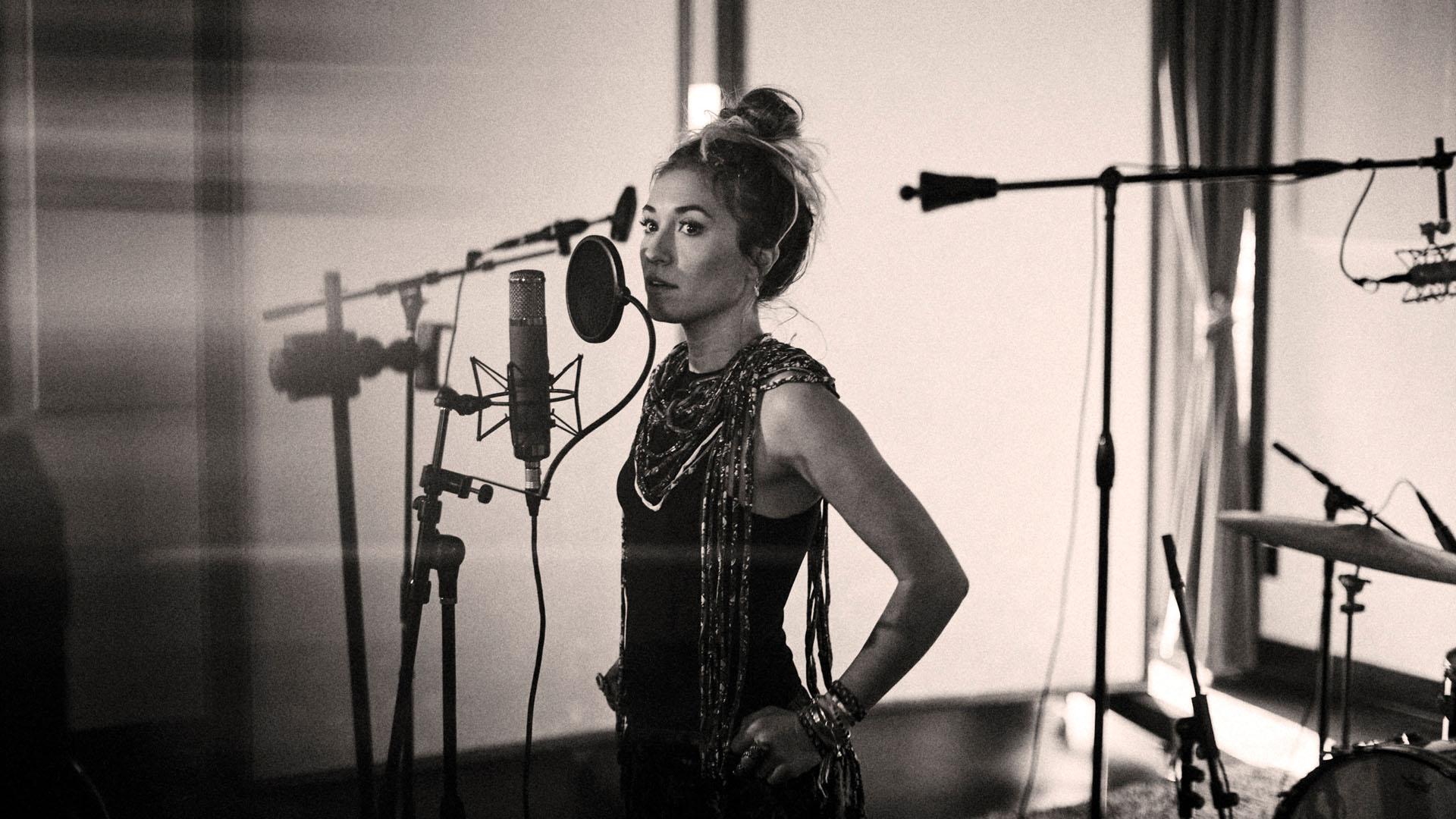 Lauren Daigle am Aufnahmemikrofon: Die Künstlerin hat bislang drei Studioalben veröffentlicht