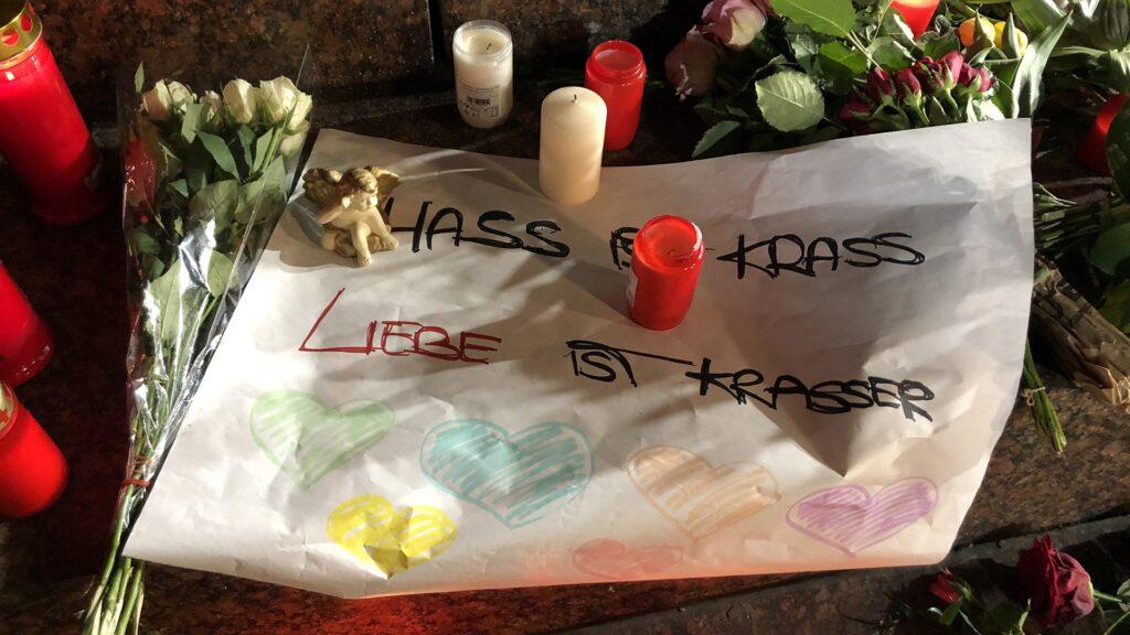 """Botschaft gegen Hassreden, die den Boden für Rechtsextremisten bereiten: """"Hass ist krass, Liebe ist krasser""""."""
