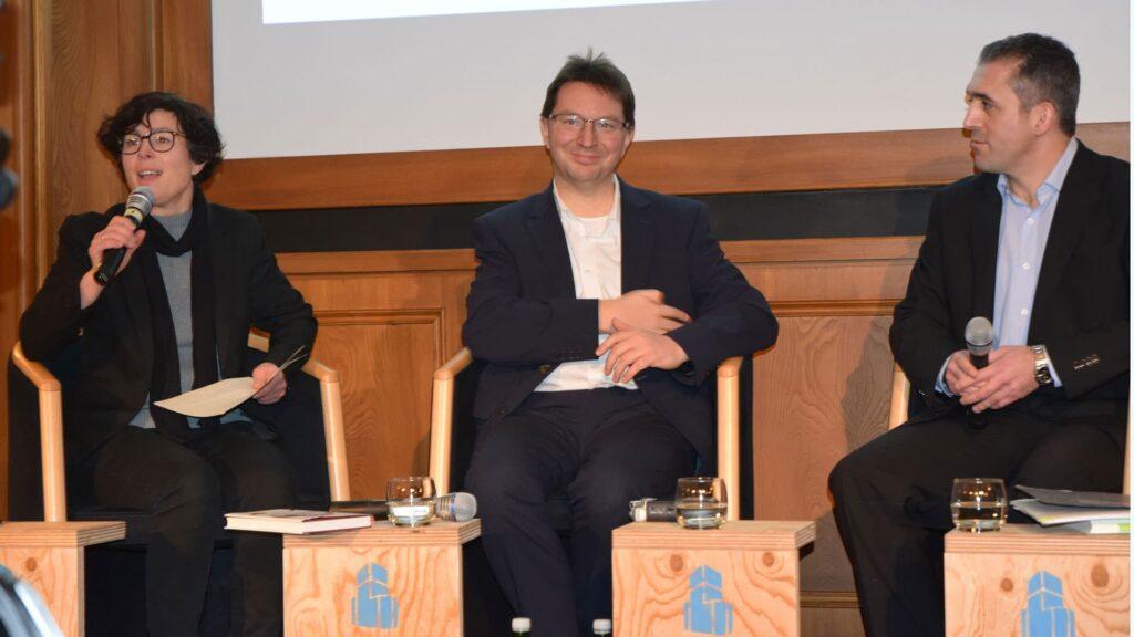 Der Antisemitismusbeauftragte in Baden-Württemberg, Michael Blume (Mitte), bei seinem Vortrag am Mittwoch in Berlin