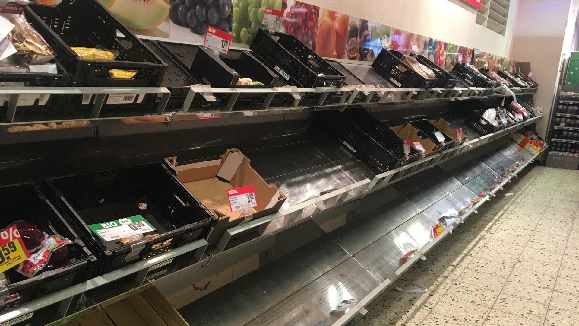 Eher kein Ausdruck von besonnenem Handeln: Aus Sorge vor häuslicher Quarantäne kaufen Menschen die Supermärkte leer.