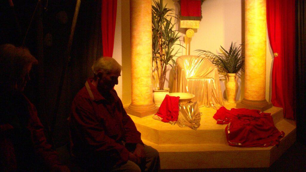 Im Ostergarten verschmelzen die Besucher mit den biblischen Berichten, wie hier in der Gerichtsverhandlung vor dem römischen Präfekt Pontius Pilatus