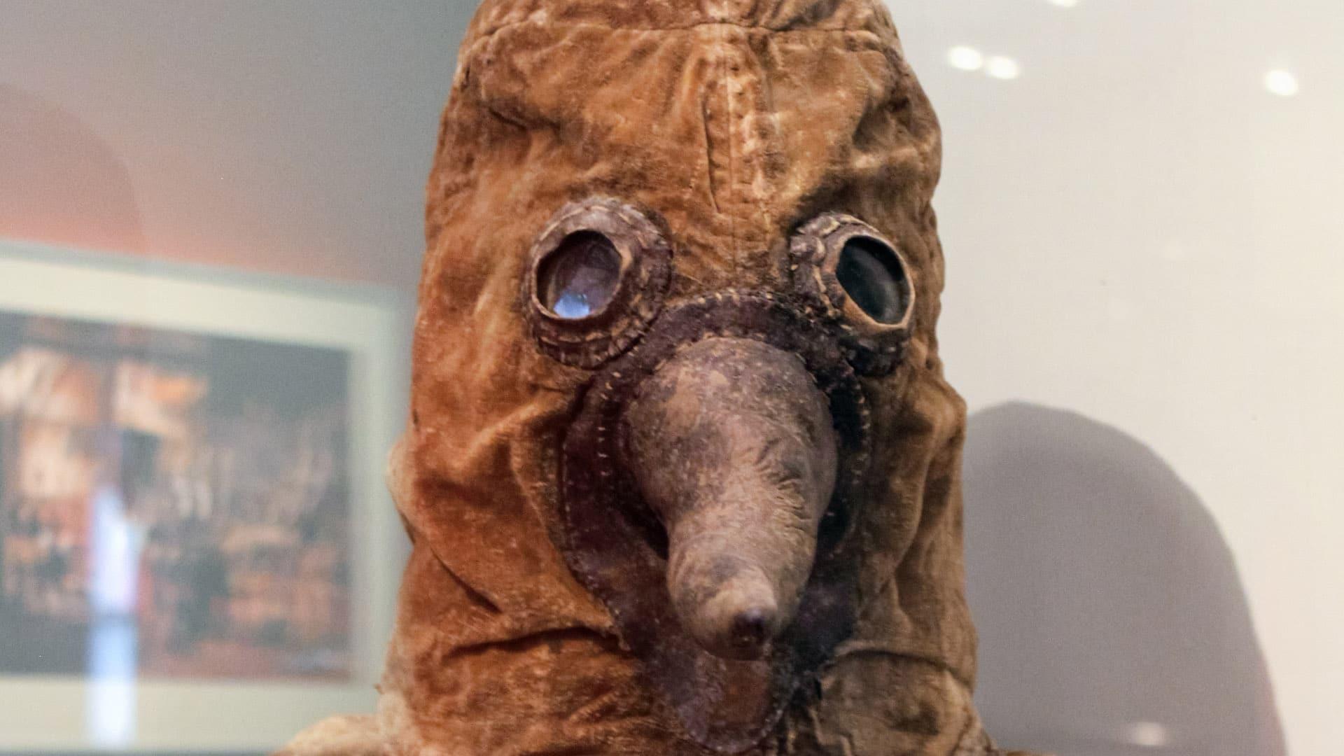 Mit einer sogenannten Pesthaube versuchten sich Ärzte in früheren Jahrhunderten vor Ansteckung zu schützen. Kräuter und mit Essig getränkte Schwämme in dem schnabelförmigen Nasenstück sollten die Atemluft filtern.