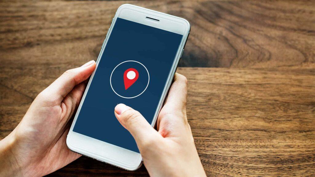 Per Handy sollen Nutzer erfahren, ob sie Kontakt zu mit Corona infizierten Menschen hatten. Der Start der App verzögert sich noch.