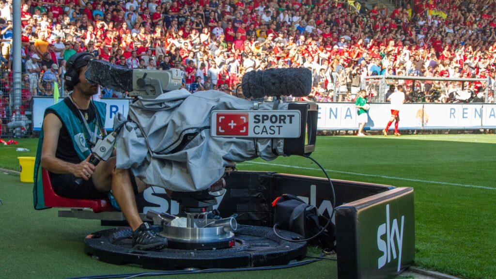 Die Bundesliga wird im Fernsehen in mehr als 200 Ländern ausgestrahlt. Damit die Gelder auch weiterhin fließen, werden die Spiele der Ersten und Zweiten Liga jetzt als Geisterspiele bis Saisonende fortgesetzt.