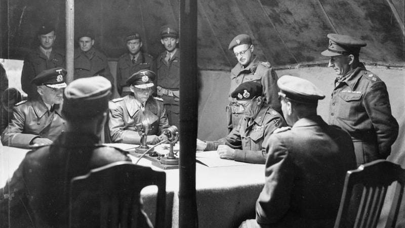Feldmarschall Bernard Montgomery unterschreibt die Kapitulation der Wehrmacht in Nordwest-Europa in der Lüneburger Heide