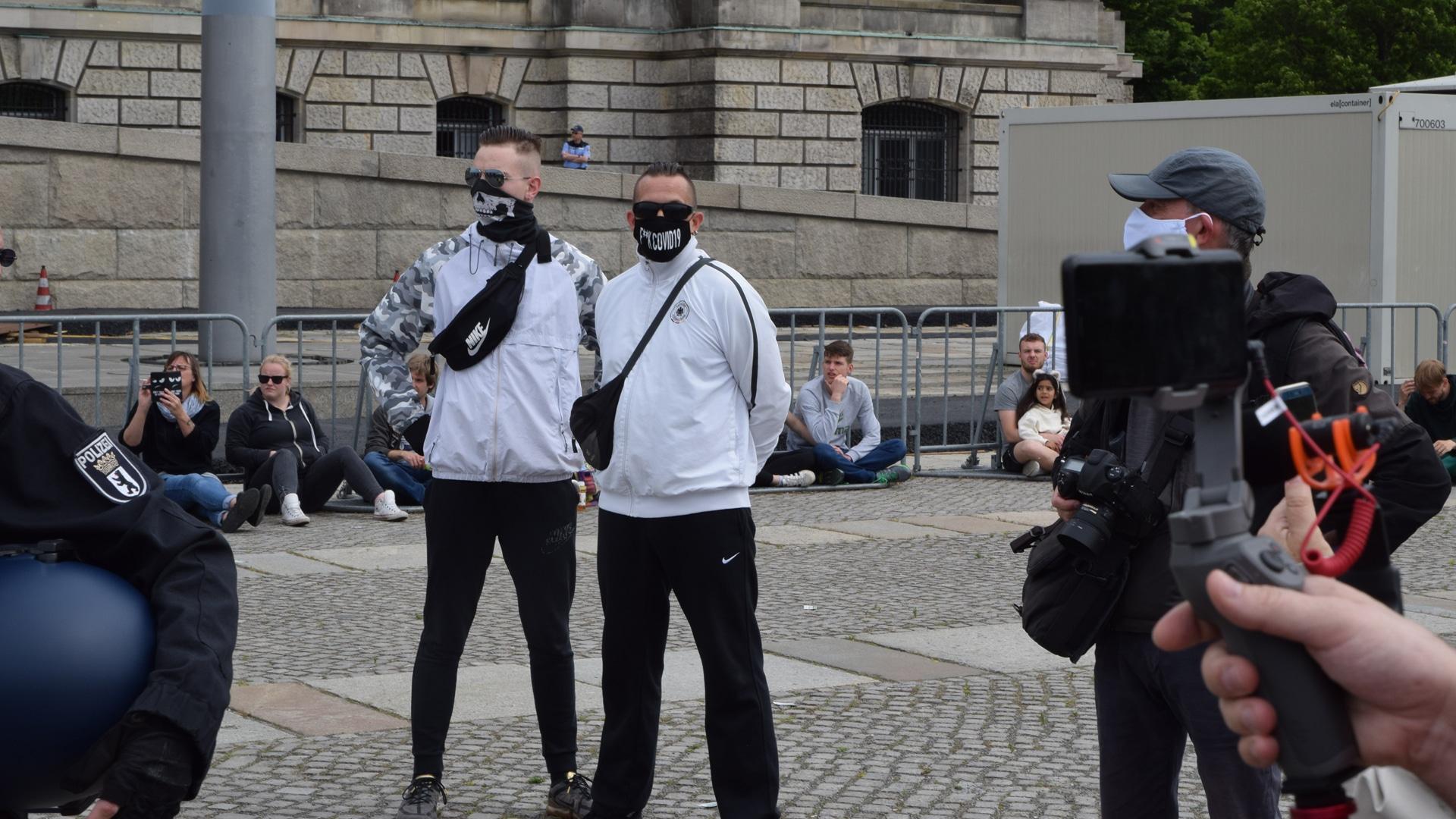 """Manche finden die Maßnahmen überzogen und üben legitime Kritik, andere hängen sogar Verschwörungstheorien an: Demonstranten auf einer """"Corona-Demo"""" in Berlin"""