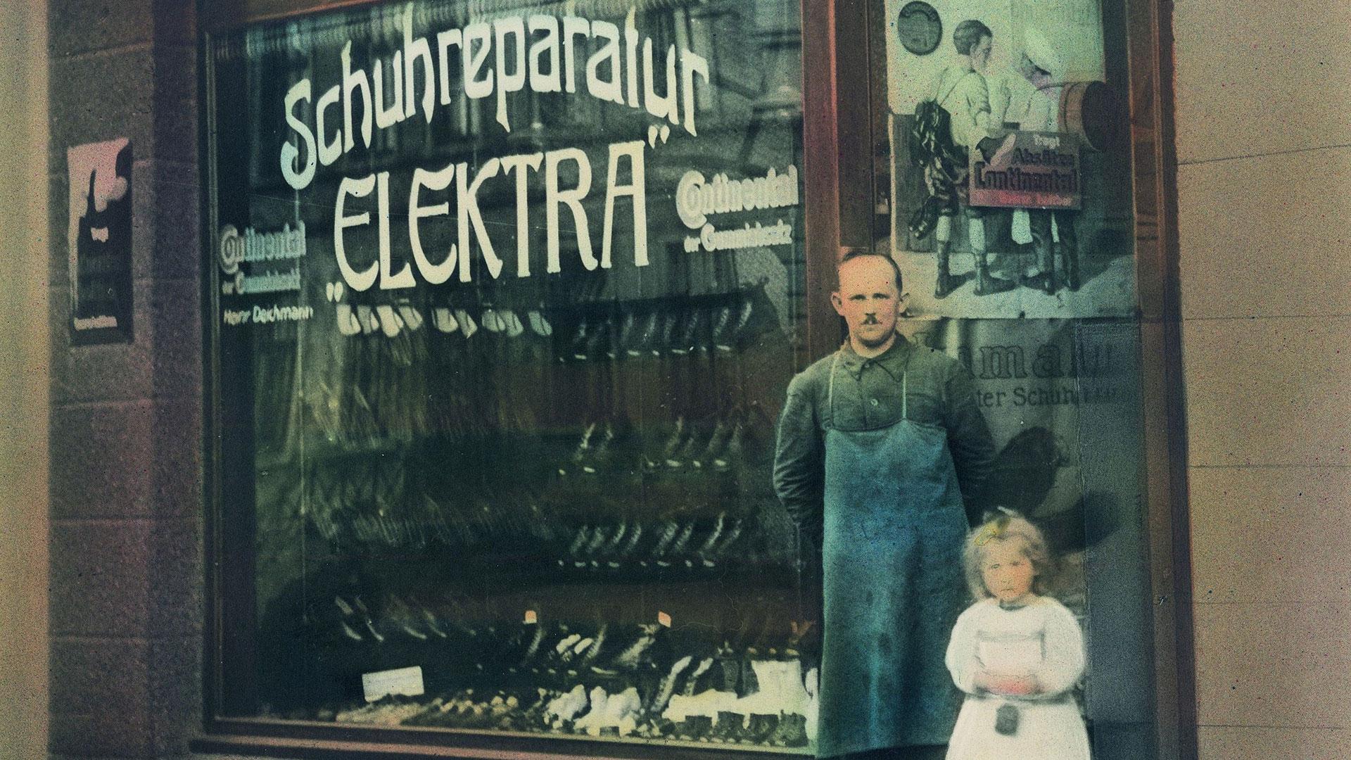 Der Schuhmacher Heinrich Deichmann vor seinem Laden in Essen-Borbeck 1921