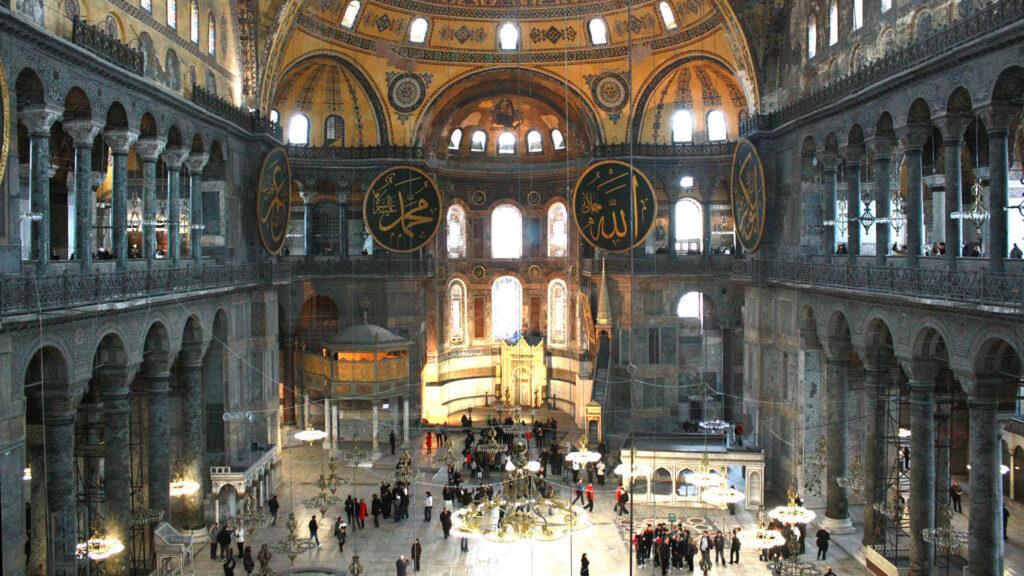 Die Hagia Sophia in Istanbul war für fast tausend Jahre eine Kirche, dann eine Moschee. Heute ist das Gebäude ein Museum, soll nun nach dem Wunsch einiger Türken wieder Moschee werden.