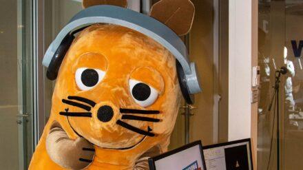 """Die Maus beantwortet im WDR Radio Fragen von Kindern. Neulich: """"Wofür steht eigentlich der Fisch auf den Auto-Aufklebern?"""""""