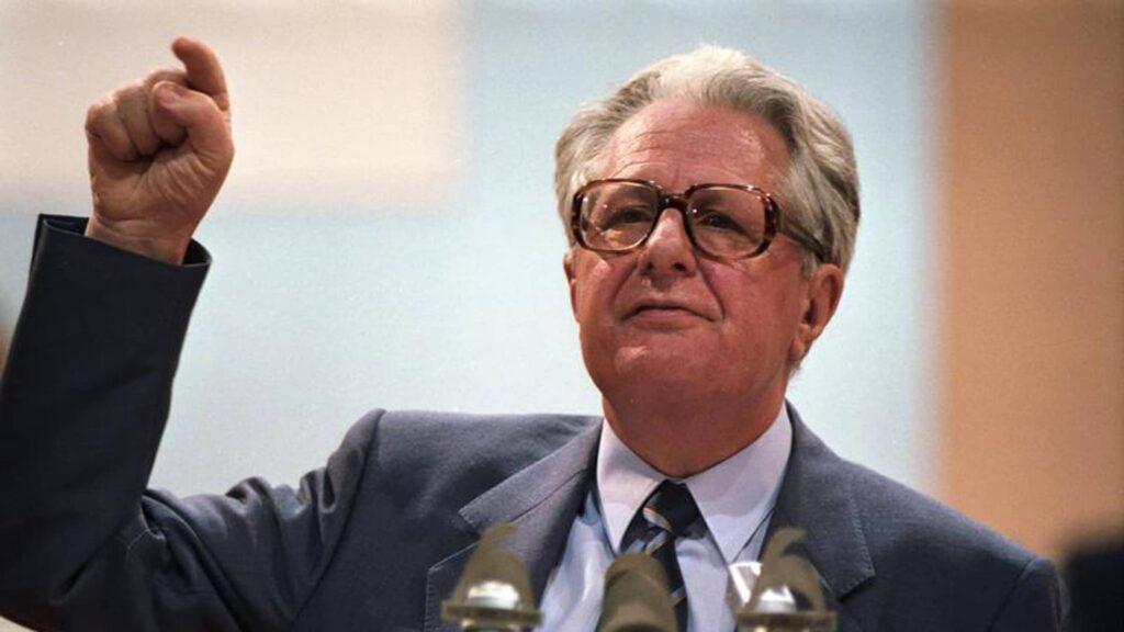 Hans-Jochen Vogel war von 1987 bis 1991 Parteivorsitzender der SPD, von 1983 bis 1991 Fraktionsvorsitzender im Bundestag. Bei der Bundestagswahl 1983 unterlag er als Kanzlerkandidat Helmut Kohl. Das Foto zeigt ihn auf dem SPD-Parteitag in Münster 1988.