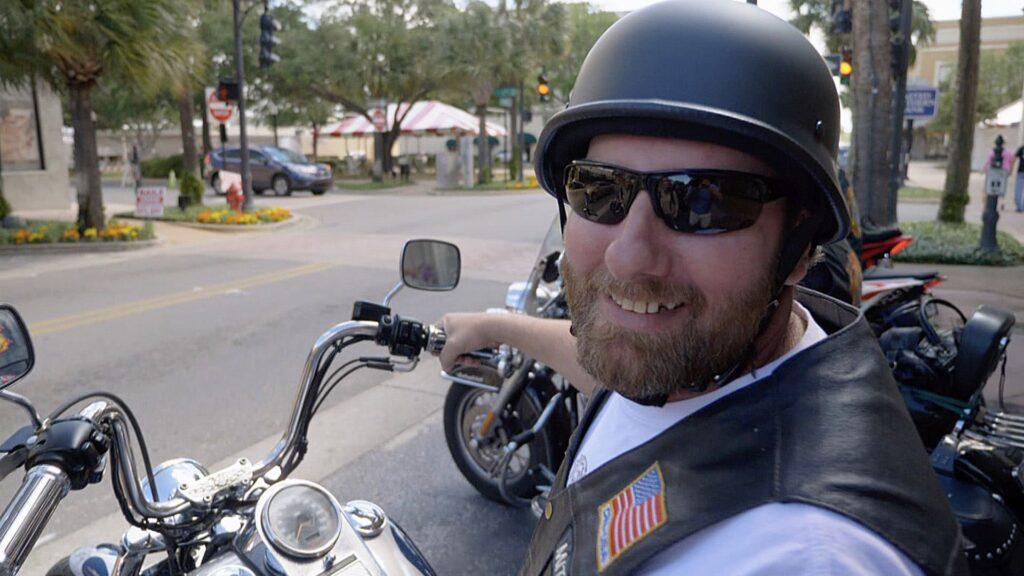 Biker fahren durch Leesburg in Florida und beten mit den Geschäfteinhabern