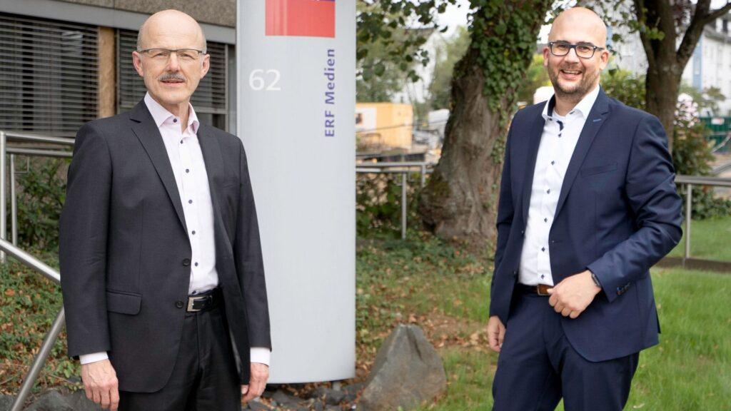 Christian Kolb (rechts) löst Thomas Woschnitzok als neuer stellvertretender Vorstandsvorsitzender bei ERF Medien ab