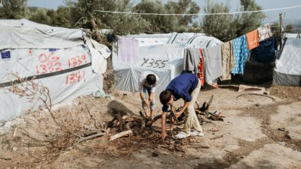 Wer in den Wohncontainern des Flüchtlingslagers Moria keinen Platz mehr bekam, musste sich mit einem Zelt im Olivenhain begnügen. Auf 16 Quadratmetern war für bis zu vier Familien Platz.