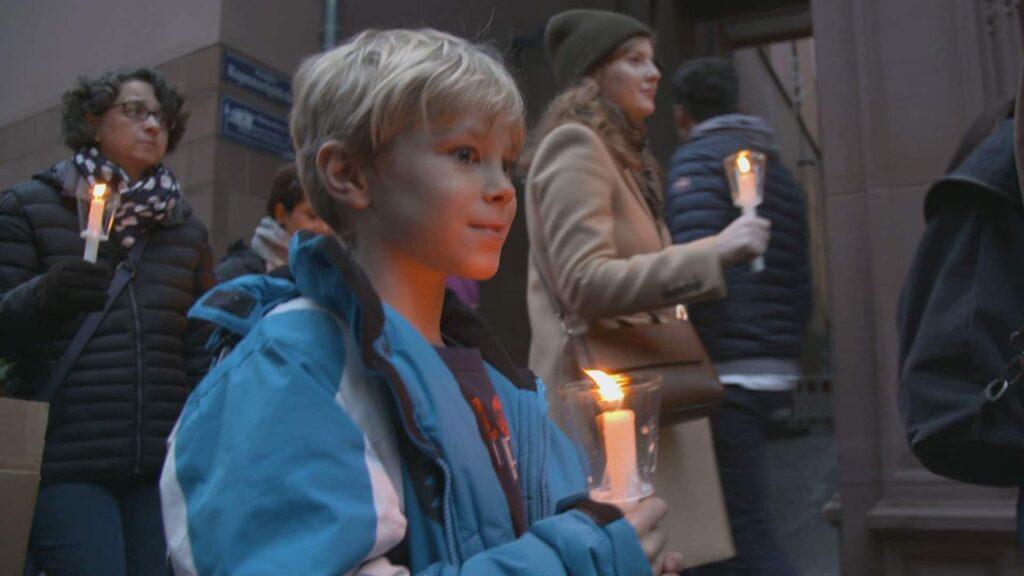 Mit Kerzen sollen die Menschen auch 30 Jahre nach der friedlichen Revolution an das Wunder der Deutschen Einheit erinnern