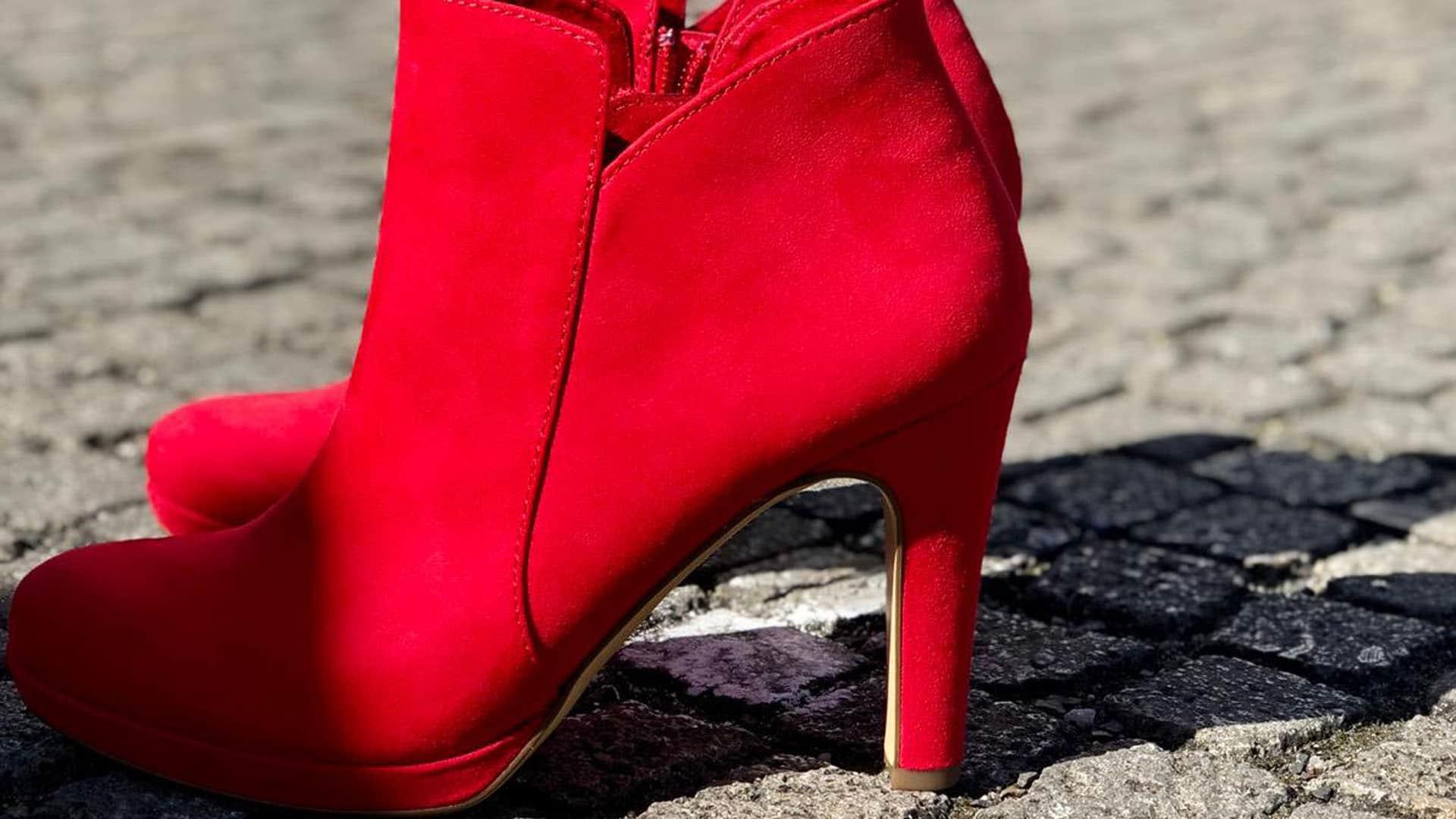 Der rote Schuh ist ein wiederkehrendes Motiv der Kampagne, hier bei der Auftaktveranstaltung in Berlin