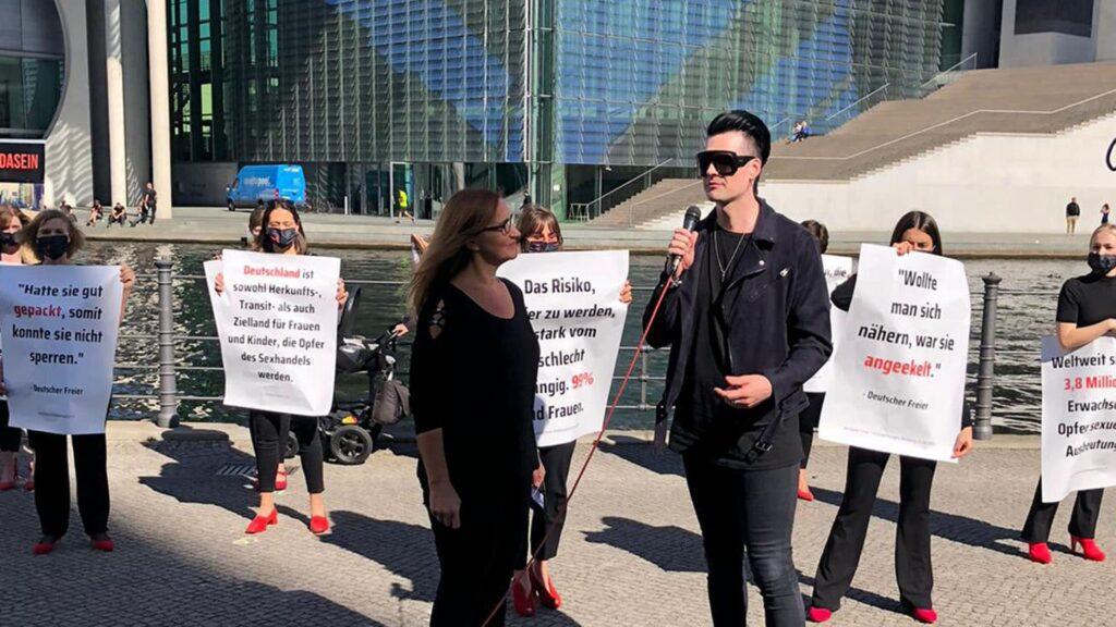 """Am Freitag stellte das Bündnis """"Gemeinsam gegen Menschenhandel"""" die aktuelle Kampagne mit einer künstlerischen Inszenierung in Berlin vor"""