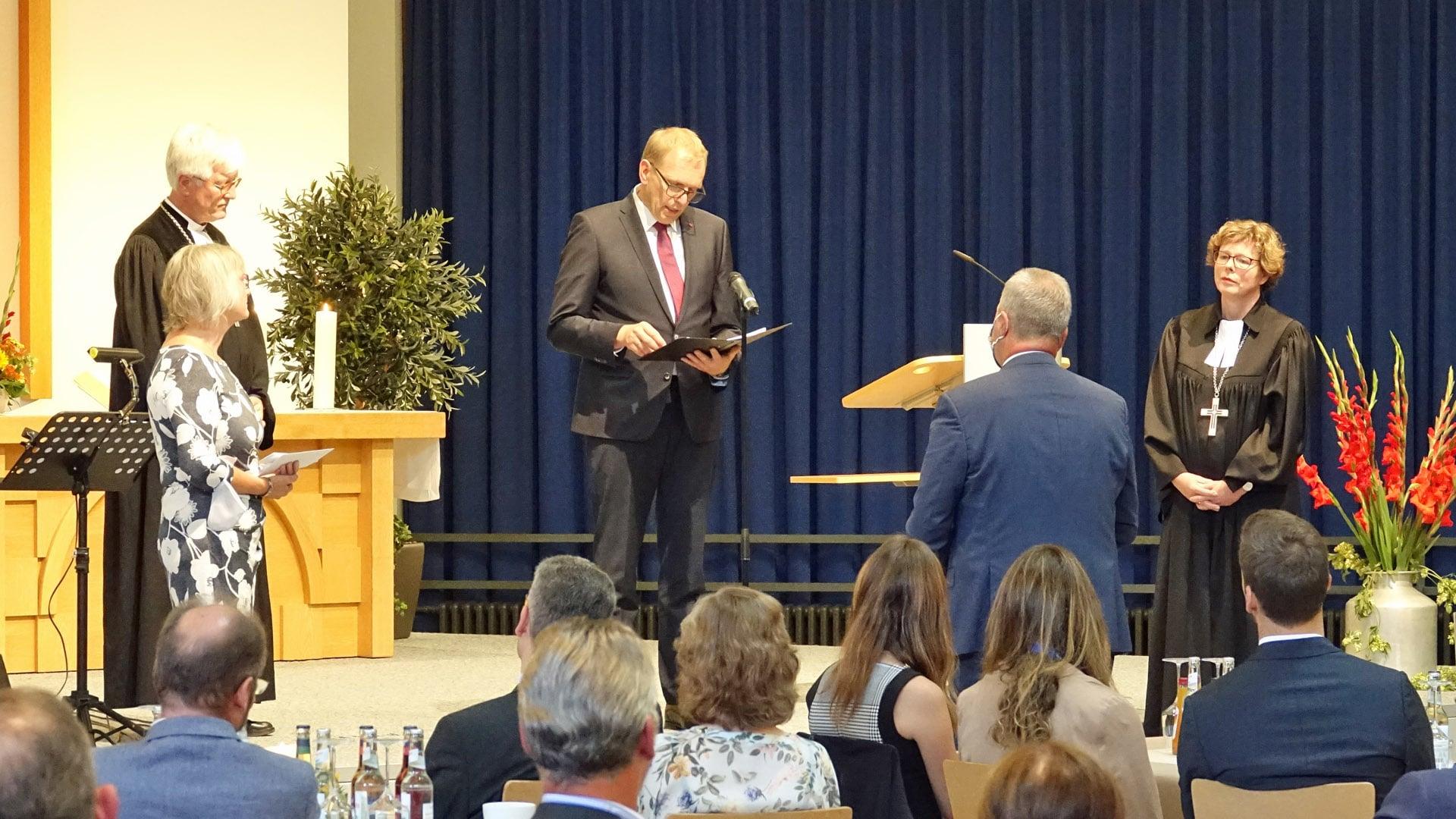 Matthias Frey, stellvertretender Vorsitzender des Gnadauer Verbandes, entpflichtete Michael Diener von seinem Amt als Präses