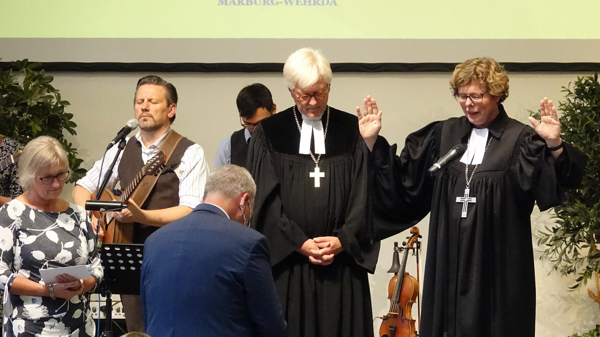 Außer Frey sprachen ihm Beate Hofmann, Bischöfin der Evangelischen Kirche in Kurhessen und Waldeck (rechts), Heinrich Bedford-Strohm, Ratsvorsitzender der EKD (Mitte), sowie Elke Wicke aus dem Gnadauer Vorstand (ganz links) einen Segen zu