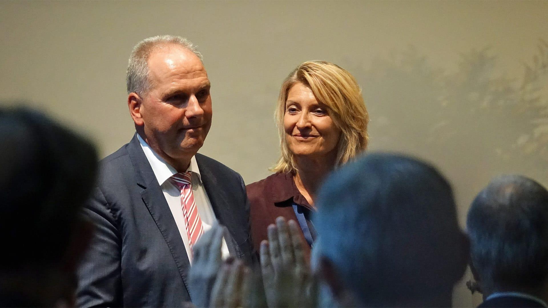Auch die Gäste des Verabschiedungsgottesdienstes gaben Michael Diener und seiner Frau Eveline Gottes Segen mit auf den Weg
