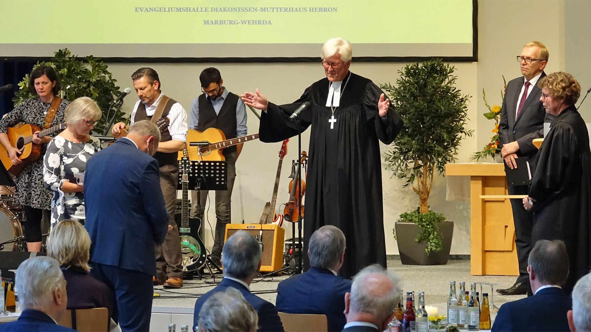 Am 19. September wurde Michael Diener aus seinem Amt als Präses des Gnadauer Gemeinschaftsverbandes verabschiedet. Der EKD-Ratsvorsitzende Heinrich Bedford-Strohm hielt die Predigt und gab Diener einen Segen mit auf den Weg.