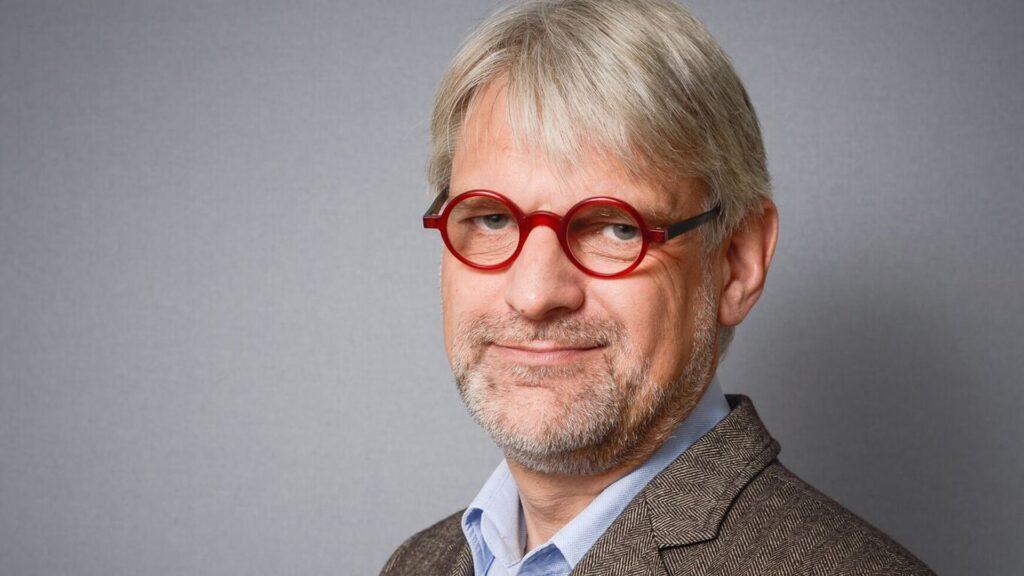 Prof. Dr. Ulrich Körtner, Jahrgang 1957, ist Ordinarius für Systematische Theologie an der Evangelisch-Theologischen Fakultät der Universität Wien. Er hat zudem zwei Ehrendoktortitel.