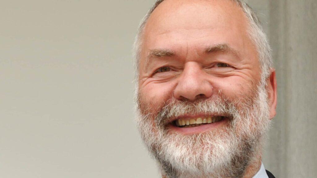 Markus Meckel, geboren 1952, ist evangelischer Pfarrer. Er ist Mitgründer der Sozialdemokratischen Partei in der DDR (SDP). Nach den freien Wahlen 1990 wurde er Außenminister der DDR und verhandelte die Deutsche Einheit mit. Nach der Wiedervereinigung saß er bis 2009 im Bundestag.