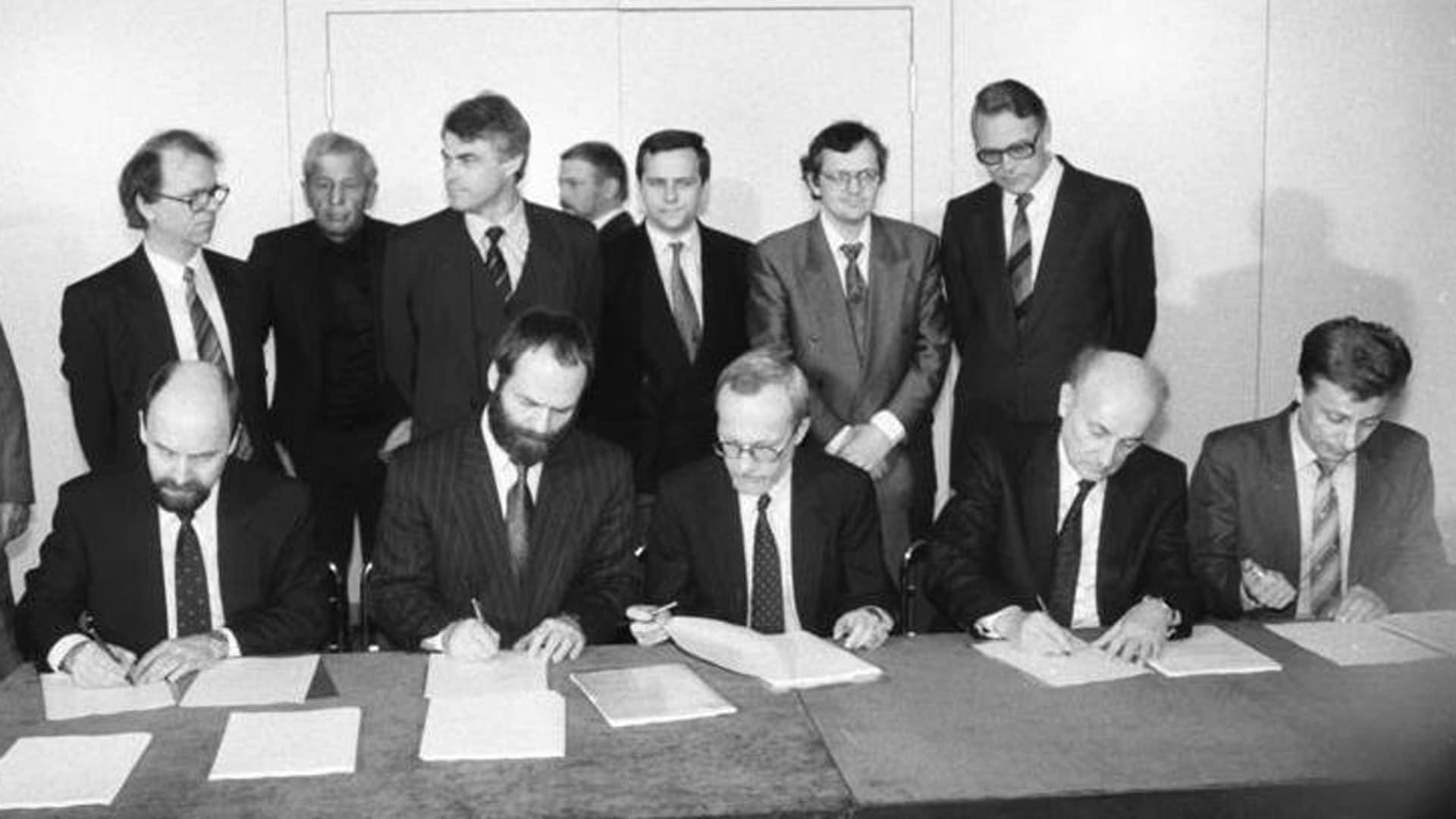 Unterzeichnung der Koalitionsvereinbarung der ersten freigewählten Regierung der DDR am 12. April 1990: Rainer Eppelmann (DA), Markus Meckel (SDP), Lothar de Maiziere (CDU), Hans-Wilhelm Ebeling (DSU) und Rainer Ortleb (LDPD)