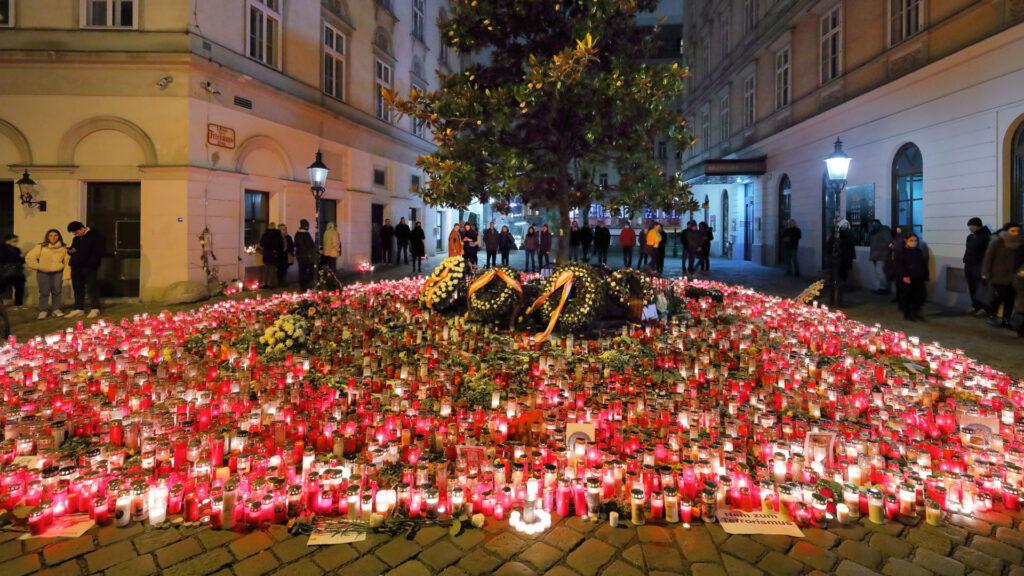 Mit Kränzen und Kerzen trauern die Wiener Bürger um die Opfer des Terroranschlags