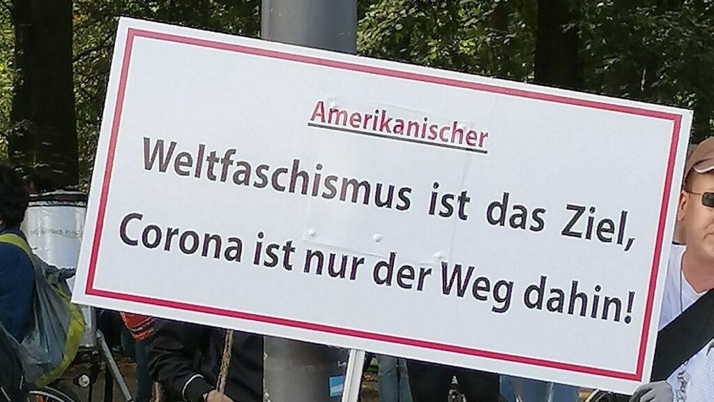 Auf einer Demonstration in Berlin kennt man die vermeintlichen Gründe für die Corona-Pandemie