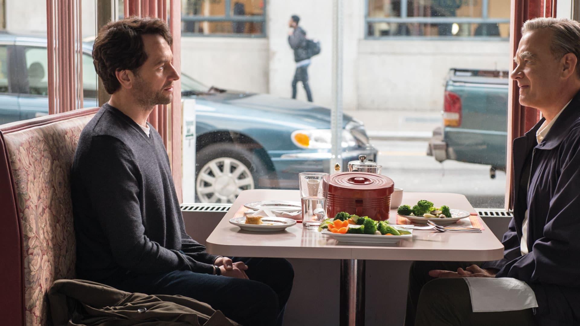 Zunächst ist der Journalist Lloyd Vogel (li.) skeptisch, ob der liebe Mr. Rogers (Tom Hanks, re.), wirklich keine Ecken und Kanten hat. Aus der Begegnung wird eine enge Freundschaft.