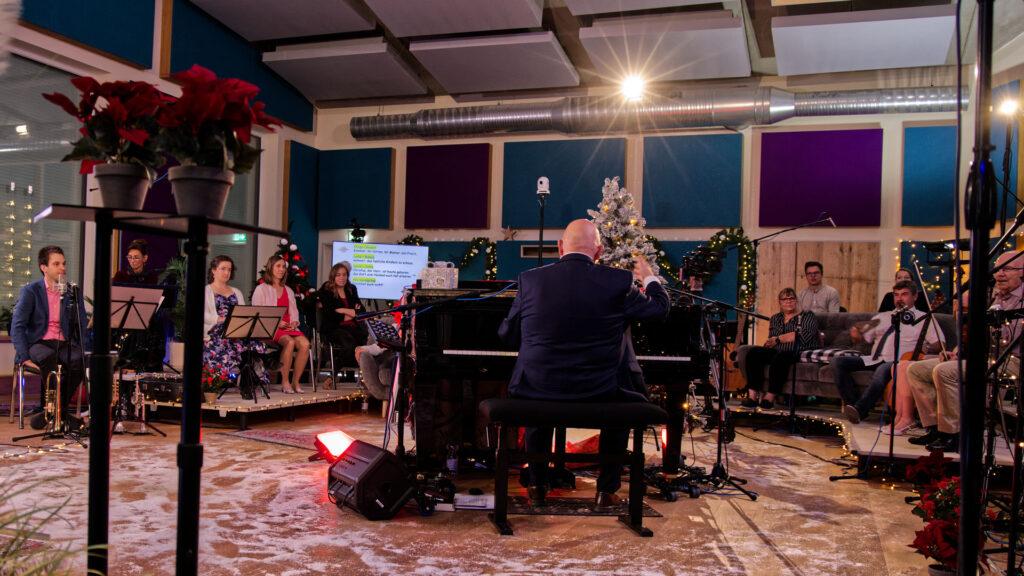 """Für eine weihnachtlich-wohlige Atmosphäre ist bei der Produktion von """"Coming home"""" gesorgt"""