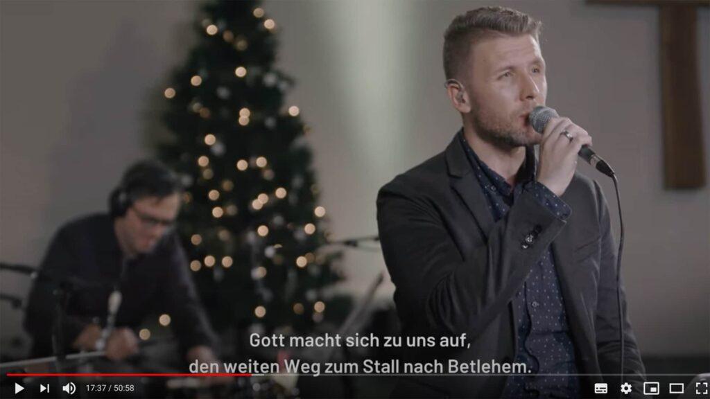 Unter anderem mit Solist Kris Madarász präsentiert Musiker Arne Kopfermann das Adventssingen der Commerzbank