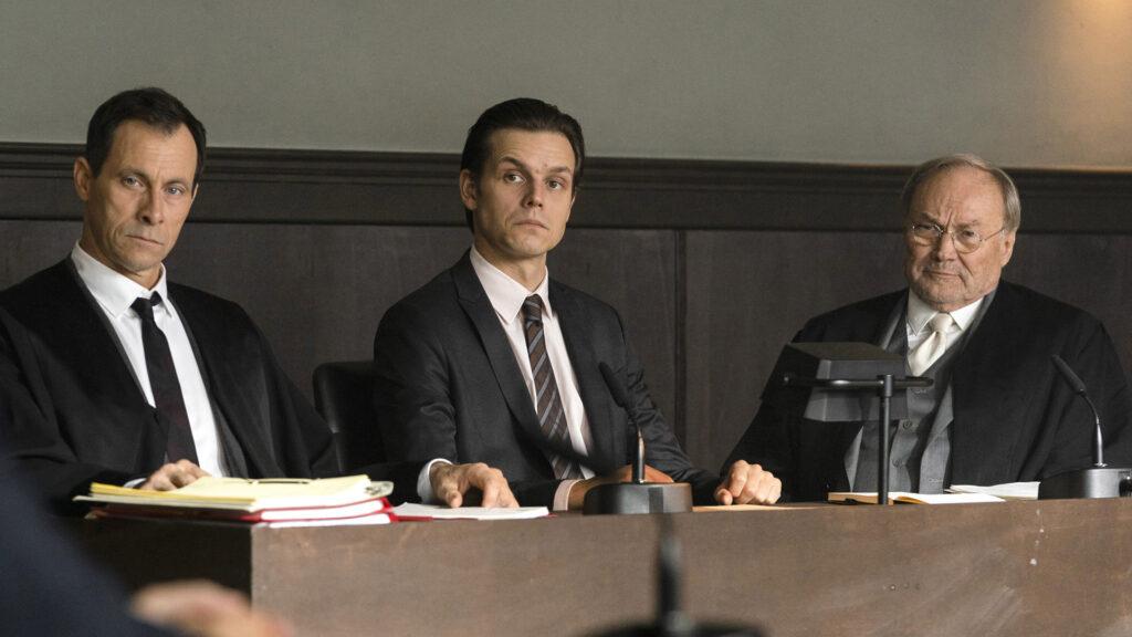 """Klaus Maria Brandauer spielt im ARD-Film """"Feinde"""" Rechtsanwalt Biegler (r.). Sein Mandant Kelz (Franz Hartwig, Mitte) soll ein Mädchen entführt haben – unter Folter hat er gestanden."""
