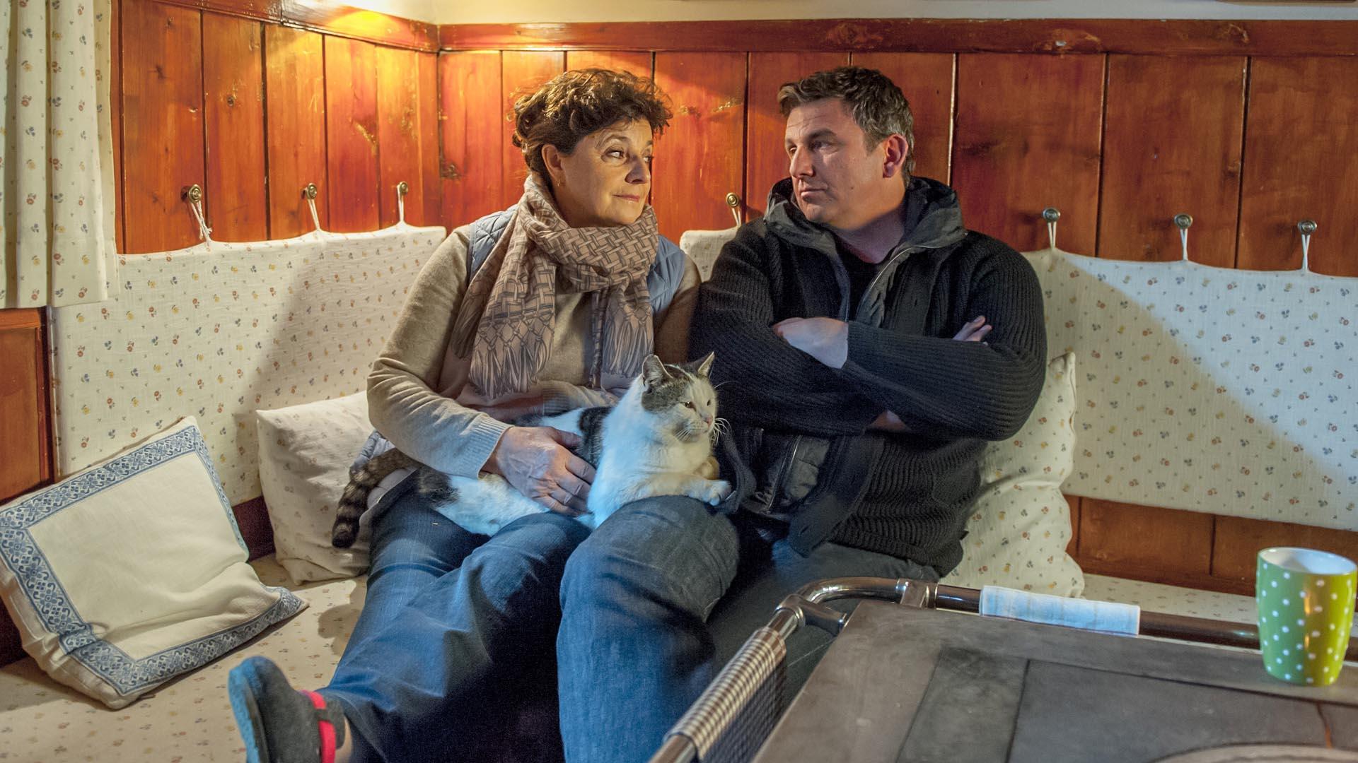 """Der nachdenkliche """"Bergdoktor"""" Martin (Hans Sigl, r.) sucht das Gespräch mit seiner Mutter Lisbeth (Monika Baumgartner, l.)"""