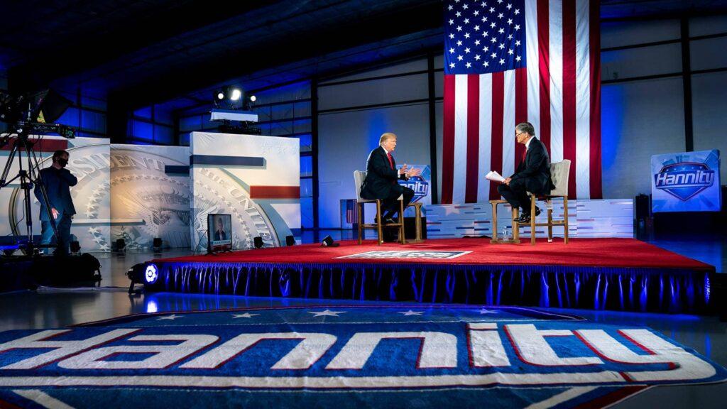 """Der amerikanische Fernsehsender Fox News hat offenbar viele Mitarbeiter entlassen, die als gute, """"echte"""" Journalisten galten. Hält es Fox News weiter mit dem Ex-Präsidenten Donald Trump?"""