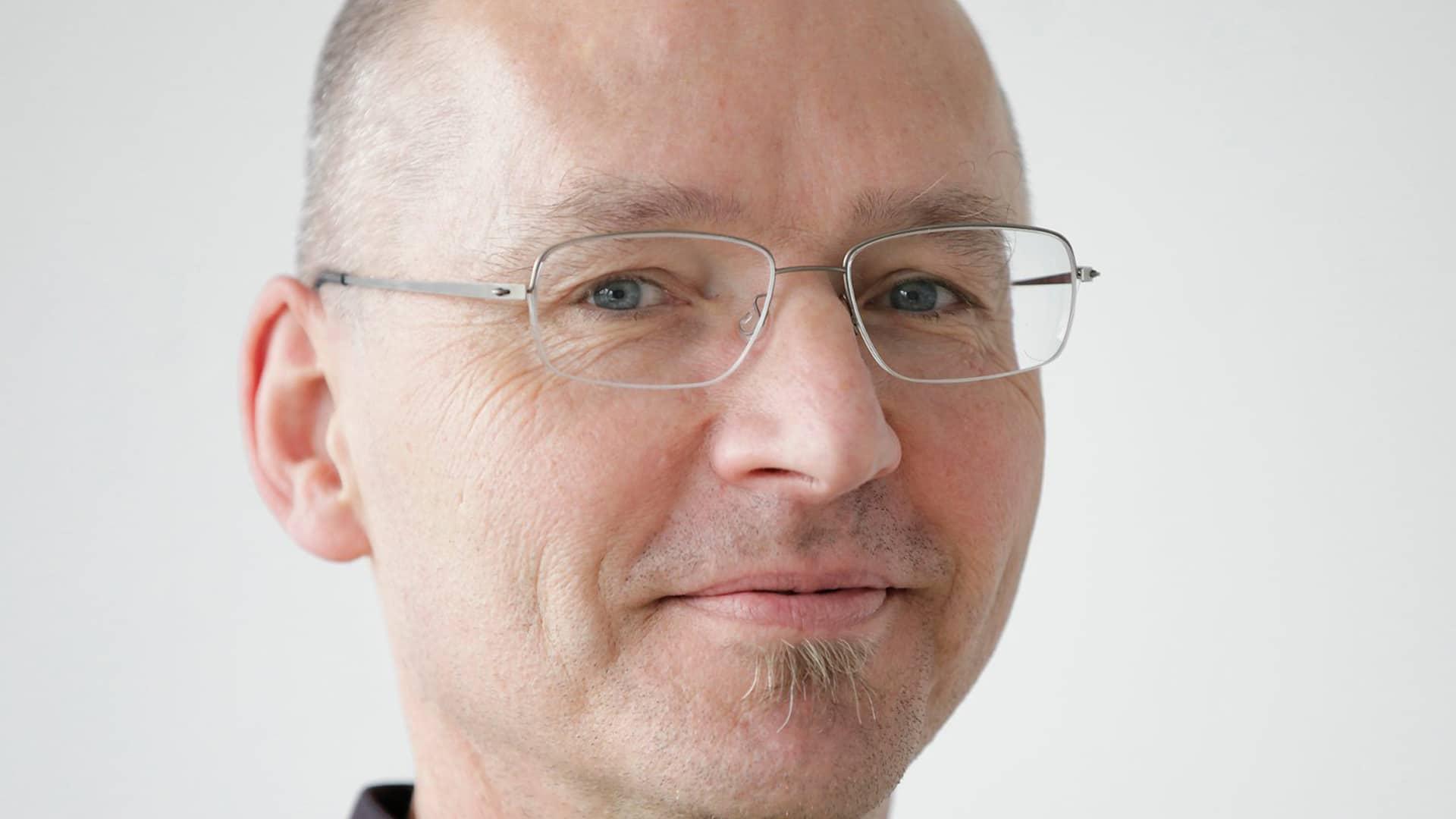 """Ralf Lankau ist 1961 in Lübeck geboren. Seit 1985 unterrichtet er analoge und digitale Gestaltungstechniken. Seit 2002 ist er Professor für Mediengestaltung und Medientheorie an der Hochschule Offenburg. Weitere Informationen unter """"Bündnis für humane Bildung""""."""