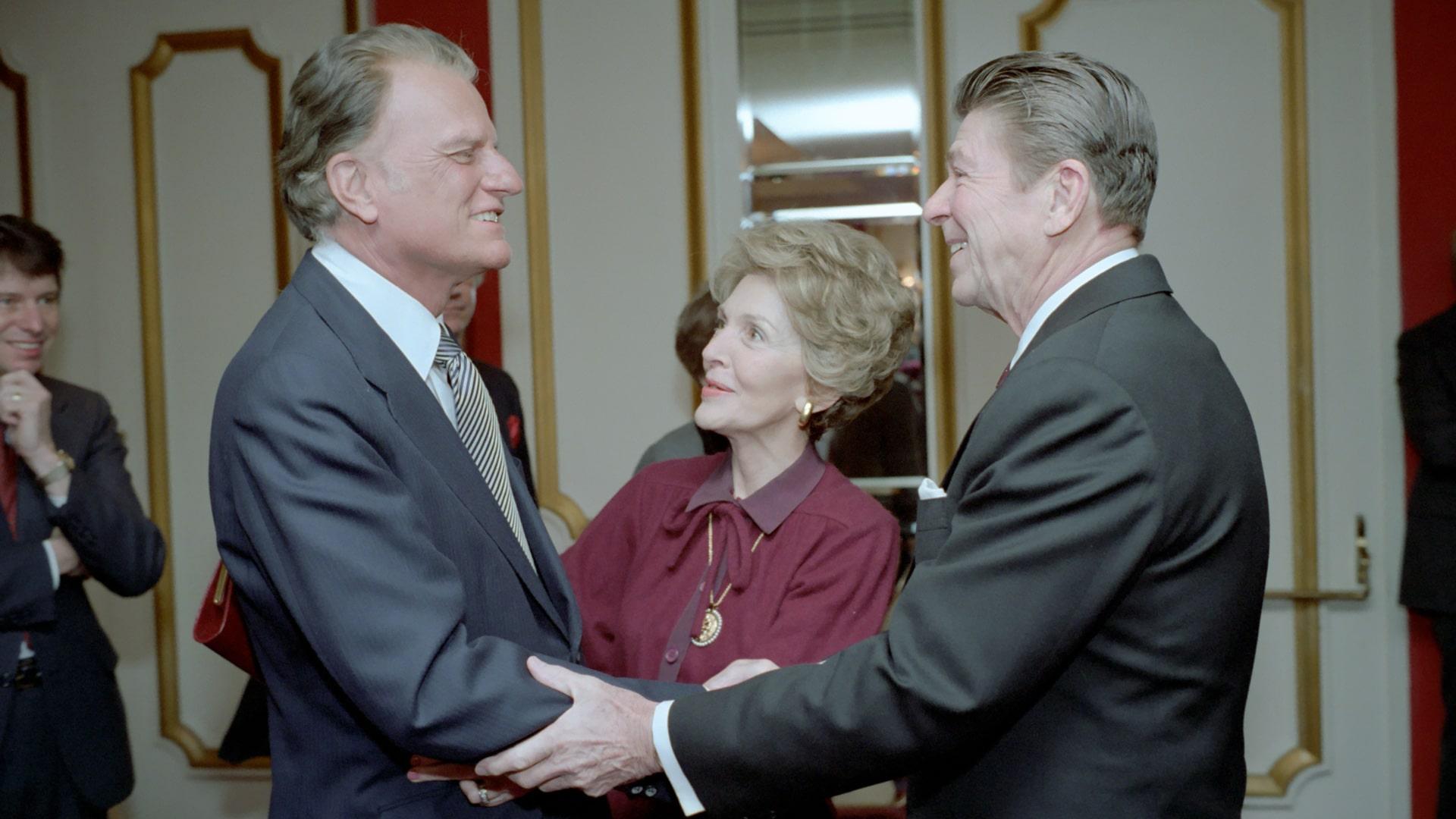 Billy Graham (links) mit Nancy und Ronald Reagan im Washington Hilton Hotel am Rande des National Prayer Breakfast, 1981