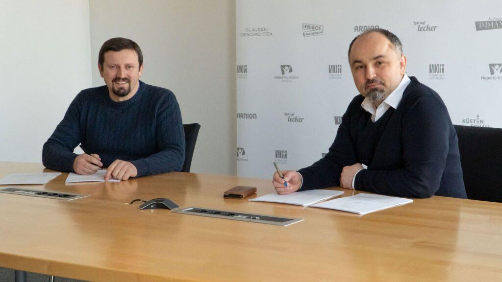 Paulin Giurgi (Vorstand Kommunikation und Marketing, Hope Media Europe e.V.) (v.l.) und Klaus Popa (Vorstandsvorsitzender Hope Media Europe e.V.) bei der Vertragsunterzeichnung
