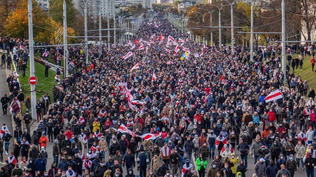 Tausende Menschen demonstrieren friedlich gegen Präsident Alexander Lukaschenko: die Rolle der Kirchen wird bei den Protesten von zwei weißrussischen Wissenschaftlerinnen kritisch gesehen
