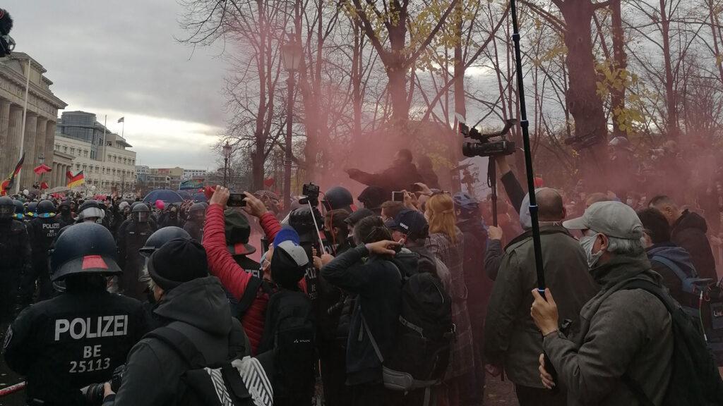 Journalisten werden von Demonstranten angegriffen
