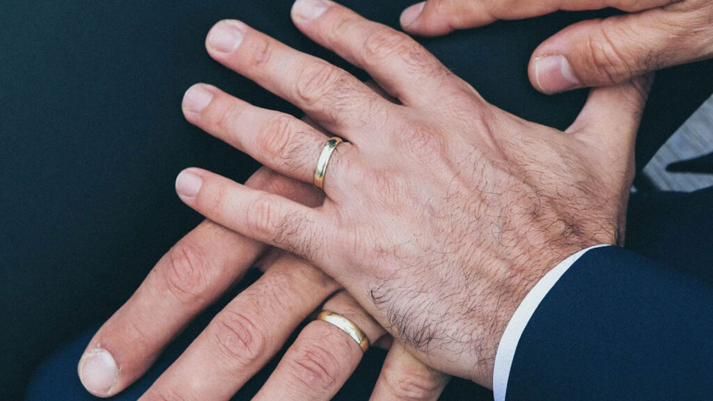 Zwei männliche Hände