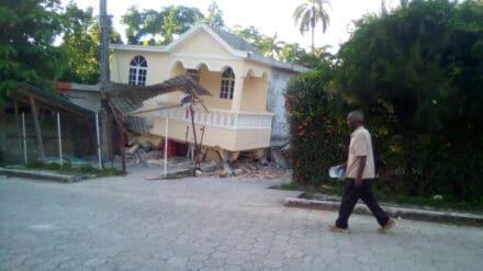 Ein zerstörtes Haus in Haiti