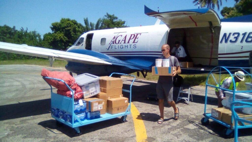Flugzeug mit Hilfsgütern wird entladen