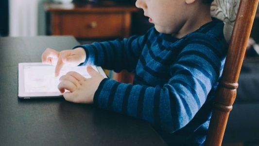 Wie lange dürfen Kinder digitale Medien nutzen? Eine amerikanische Studie hat herausgefunden, dass zu hoher Konsum Auswirkungen auf die Hirnregion hat, die für die Sprache zuständig ist.