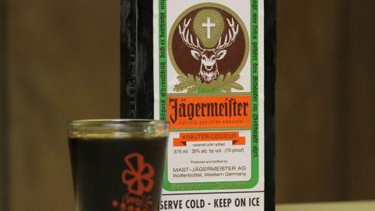 """Das Logo von Jägermeister sollte für """"durchschnittliche Christen"""" keine Anfechtung sein, urteilte ein Gericht. Der Inhalt womöglich eher."""